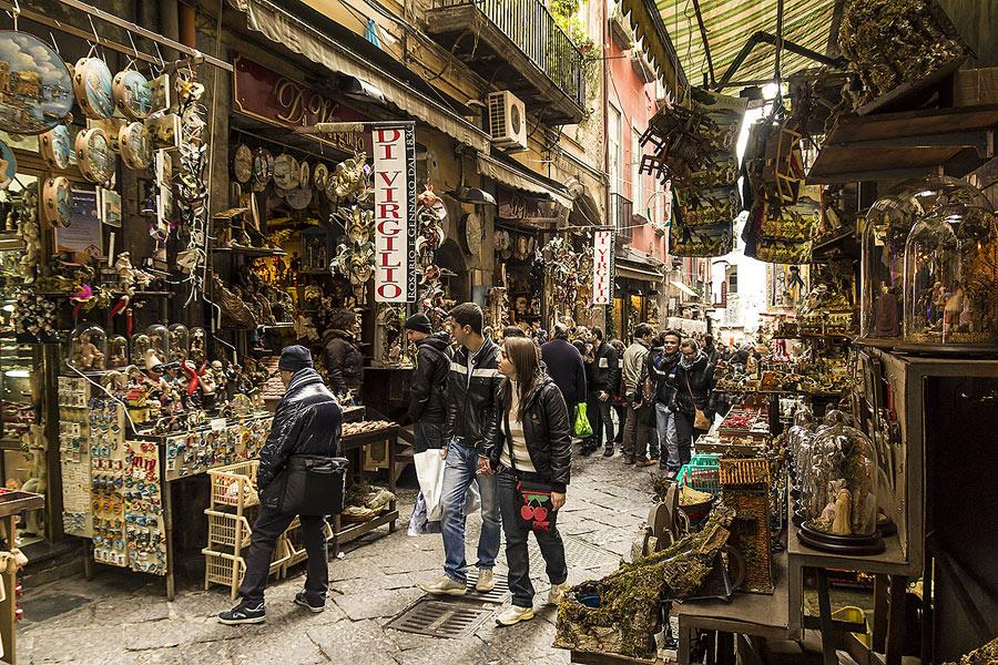 Natale, accese prime luminarie a Napoli